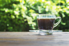 Tasse de café avec le fond vert de bokeh photographie stock libre de droits