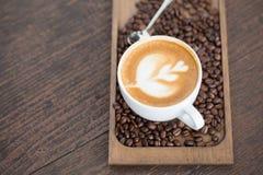 Tasse de café avec le foyer sélectif de bel art de Latte Photographie stock libre de droits