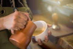 Tasse de café avec le foyer sélectif de bel art de Latte Images stock