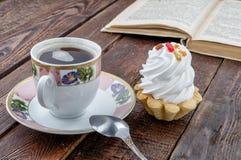 Tasse de café avec le gâteau et le livre sur la vieille table rustique photo stock