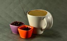 Tasse de café avec le grain de lait et de graine d'épices Photo stock