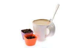 Tasse de café avec le grain de lait et de graine d'épices Photographie stock
