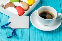 Tasse de café avec le macaron Image libre de droits