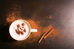 Tasse de café avec le modèle de panda de la cannelle Photos libres de droits