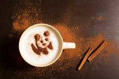 Tasse de café avec le modèle de panda de la cannelle Image libre de droits