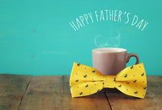 Tasse de café avec le noeud papillon Father& x27 ; concept de jour de s Image libre de droits