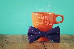 Tasse de café avec le noeud papillon Father& x27 ; concept de jour de s Photo stock