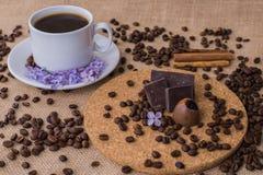 Tasse de café avec le plat lilas et en bois Photos libres de droits