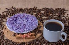 Tasse de café avec le plat lilas et en bois Photo libre de droits