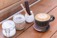 Tasse de café avec le pot de sucre sur la table en bois pendant le temps de pause-café à l'arrière-plan de café photo libre de droits