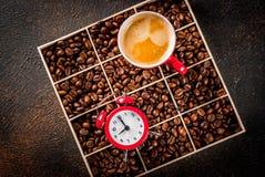 Tasse de café avec le réveil Photos stock