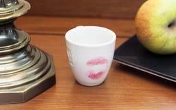 Tasse de café avec le rouge à lèvres rouge Photo stock