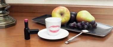 Tasse de café avec le rouge à lèvres rouge Photo libre de droits