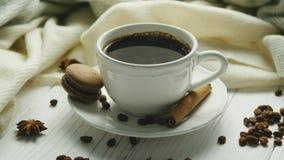 Tasse de café avec les épices et le macaron banque de vidéos