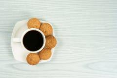 Tasse de café avec les biscuits de farine d'avoine faits maison Image stock