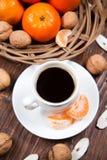 Tasse de café avec les mandarines et la noix images stock