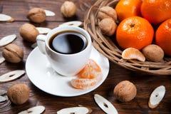 Tasse de café avec les mandarines et la noix Images libres de droits