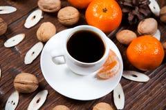 Tasse de café avec les mandarines et la noix Photo libre de droits