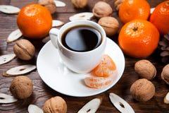 Tasse de café avec les mandarines et la noix Photographie stock