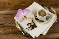 Tasse de café avec les orchidées blanches et roses Image stock