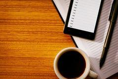 Tasse de café avec les outils organisationnels sur le bureau Images libres de droits