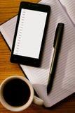 Tasse de café avec les outils organisationnels sur le bureau Photographie stock