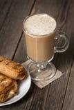 Tasse de café avec les tartes aux pommes cuites au four fraîches sur la surface en bois Photographie stock