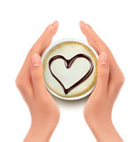 Tasse de café avec un coeur et des mains Photos libres de droits