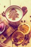 Tasse de café avec un modèle de nouvelle année Arbre de Noël fait de cannelle dans une tasse avec du café Bon esprit de nouvelle  images stock