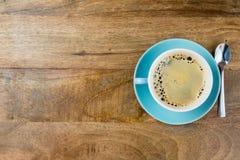 Tasse de café avec une cuillère à côté de elle image libre de droits