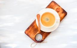 Tasse de café avec une vue supérieure de cuillère en bois sur le fond en bois de table photos stock