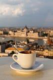 Tasse de café avec vue sur le bâtiment du parlement à Budapest Image stock