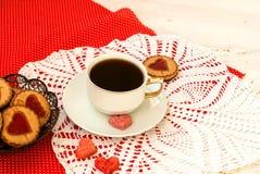 Tasse de café, biscuits avec un seredtse de modèle de confiture d'oranges et Photo stock