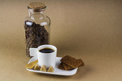 Tasse de café, biscuits et un pot en verre complètement de grains de café Photos libres de droits