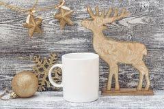Tasse de café blanc avec les décorations brillantes de Noël d'or L'espace FO Photo libre de droits