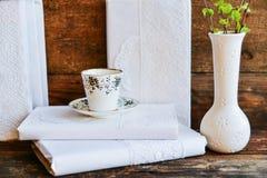 tasse de café blanc et livres avec les couvertures blanches, le concept de l'amour de la lecture sur la table Photos libres de droits