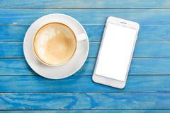 Tasse de café blanc vide de vue supérieure (café de latte) et WI de smartphone photos libres de droits