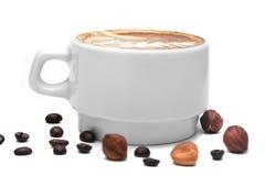 Tasse de café blanche avec de la crème sur un fond blanc Images stock