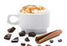 Tasse de café blanche avec de la crème sur un fond blanc Photo stock