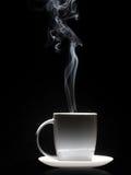 Tasse de café blanche avec de la fumée dense Images stock