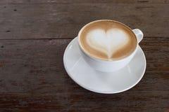 Tasse de café blanche chaude avec la forme de coeur sur la table en bois avec l'espace de copie Image libre de droits