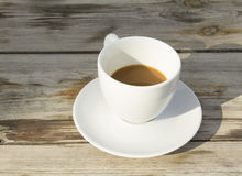 Tasse de café blanche sur la table Images libres de droits