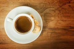 Tasse de café blanche sur la table brune blanche en café avec l'espace de copie Photo stock