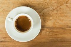 Tasse de café blanche sur la table brune blanche en café avec l'espace de copie Image libre de droits