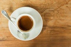 Tasse de café blanche sur la table brune blanche en café avec l'espace de copie Photographie stock