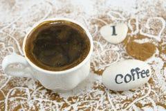 Tasse de café blanche sur la table décorée Photos stock