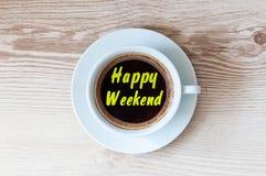 Tasse de café blanche sur la table en bois avec le WEEK-END HEUREUX de note Vue supérieure, concept de vacances Images libres de droits