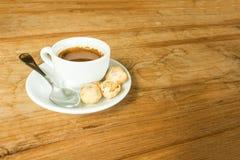 Tasse de café blanche sur la table en bois brune en café avec l'espace de copie Images libres de droits