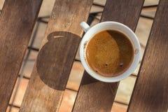 Tasse de café blanche sur le Tableau en bois photo stock