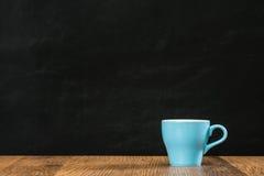 Tasse de café bleue en céramique avec le copyspace vide vide Images libres de droits